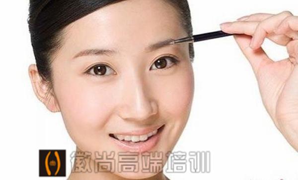 初学化妆怎样画眉毛?有什么技巧?