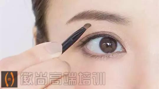 画眉毛时,眉笔和眉粉哪个更好用?